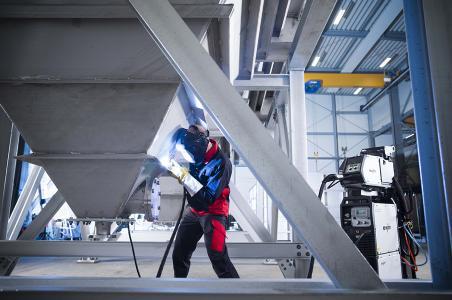 Impulslichtbogenschweißen von hochlegiertem Chrom-Nickel-Stahl mit dem innovativen Schweißprozess forceArc puls. Die Schweißrauchemissionen sinken um das 4,5-fache gegenüber dem konventionellen Schweißverfahren.