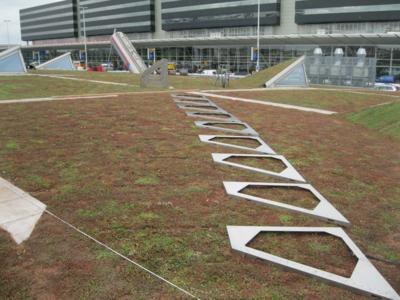 The Solar Base Frames can be set up either before or after the plant layer has been installed. Things were very flexible in this respect at Schiphol Airport, Photo: ZinCo