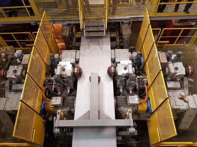 The new twin-head side trimmer enables Severstal to increase the output of its pickling line and simultaneously improve product quality. The knives can be rapidly turned through 180 degrees to maintenance position while new cutting units are being moved into operating position