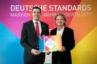 Freuen sich über die Verleihung (v.l.): Marc Diegelmann, Director Corporate Brand Management und Internal Communications bei B. Braun und Verleger Dr. Florian Langenscheidt / Bild: Andreas Henn