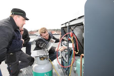 BITZER technician Jan Grübel (right) explains technical details on an ECOSTAR controller.