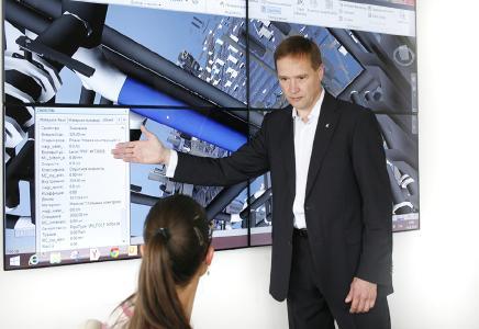 BIM Outsfaffing / Outsourcing für BIM-Projekte in Deutschland - Praxisorientierte Ausbildung für BIM nimmt zentrale Rolle ein. Hier: Leonid Lopatin erklärt die BIM2FM-Steuerzentrale des Country Park III Komplexes