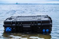 Absolut wasserdicht: Die Anschlüsse entsprechen der Norm IP66, und die SBOX PRO ist sogar schwimmfähig. Außerdem eignet sie sich als Notstromaggregat bzw. als Notstrom-Zwischenschaltung / Foto: TRONOS GmbH
