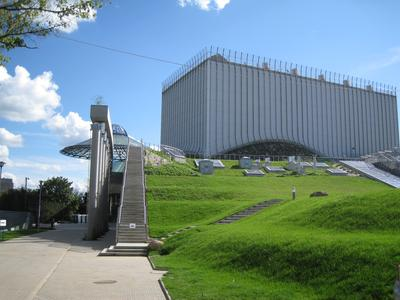 Zahlreiche Treppenaufgänge ermöglichen den Besuchern, die grüne Dachwelt zu erkunden. Diese beginnt bereits dort, wo mitten im Rasen Dachfenster zu sehen sind.