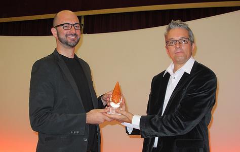 Thomas Schleu überreicht den DAMMY Award an Steve Cronan