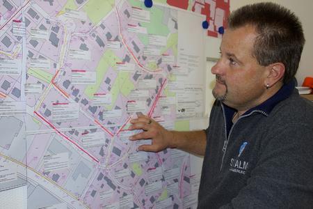 BU: Michael Draband bei der regelmäßigen Prüfung des Projektstandes.
