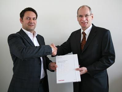 Vertragsunterzeichnung mit Renke Krüger, Director Peripherals bei Ingram Micro (l.) und Harald Gordon, Sales Manager IT Distribution Channel bei Ricoh Deutschland (r.)