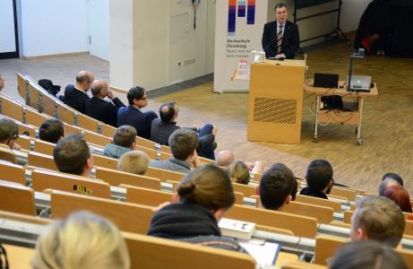 Prof. Dr. Thomas Severin begrüßt die neuen Studierenden im Audimax (Foto: Gatermann)