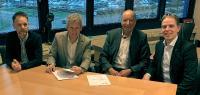 Jeroen van den Berg, Hans-Paul Visscher, Fritz Mayr (Managing Director CIM) und Maarten Janssen freuen sich über die Vertragsunterzeichnung (v. l. n. r.; Hinweis: Das Foto entstand vor den Corona-Beschränkungen)