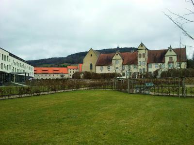 Tagungszentrum Kloster Haydau: Eine nahegelegene Biogasanlage versorgt die historische Klosteranlage (rechts) und das neu gebaute Tagungshotel (links) mit Warmwasser, Heiz- und Kühlenergie / Fotonachweis: Thermaflex/txn