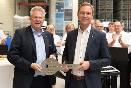 Kurtz Ersa-CEO Rainer Kurtz übergibt den Schlüssel an Logistikchef Matthias Hofmann / Bild: Daniel Hartel, Kurtz Holding