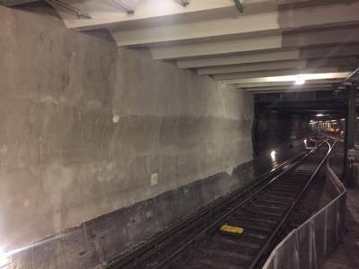 Wenn es besonders schnell gehen muss: Die Sanierung in einer U-Bahn steht stark unter Zeitdruck. Hier zahlen sich die außergewöhnlichen Produkteigenschaften von Rapid Set aus. Denn nach kürzester Zeit kann der Betrieb wieder aufgenommen werden (Bild: KORODUR, Amberg)