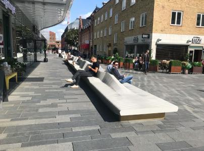 Die 65 Meter lange Sitzbank kreiert eine Sichtachse zwischen Platz und Dragarbrunnsgatan. FOTO: Rosskopf + Partner