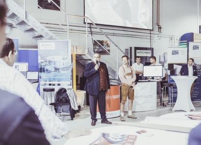 Geschäftsführer Ralph R. Hufschmied bei der Eröffnung zum Tag der offenen Tür in der Firmenzentrale von Hufschmied Zerspanungssysteme in Bobingen bei Augsburg