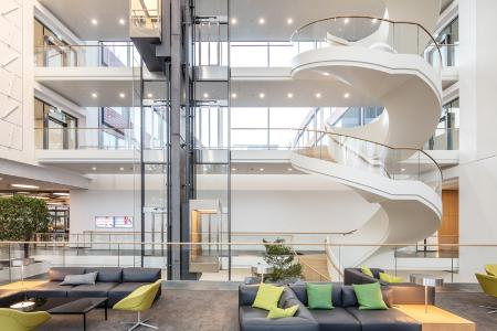 Mehr als 180 Türlösungen von GEZE in der neuen Firmenzentrale des Stuttgarter IT-Unternehmens Vector. Über IO 420 Schnittstellenmodule sind sie in der BACnet-Gebäudeleittechnik vernetzt. (Bild: GEZE GmbH)