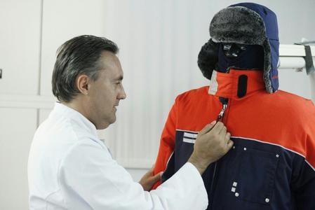 """Kein Nässegefühl mehr - optimierte Wärmeschutzkleidung wird an den Hohenstein Instituten mit Hilfe der Testpuppe """"Charlie"""" getestet © Hohenstein Institute"""