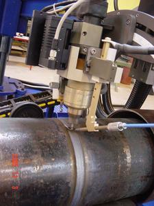 Abb. 5a: WIG-Heißdrahtbrenner mit motorisierter Verstellmöglichkeit des Elektrodenüberstandes und Nahtverfolgungssystem Foto: Polysoude