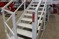 Der Treppenaufgang zur Hubarbeitsbühne ist mit der Sicherheitszuhaltung SLC gesichert. Sobald die Bühne in Bewegung ist, hält der SLC den Zugang geschlossen.