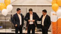 Durch die symbolische Öffnung eines Steckverbinders eröffnete Vertriebsvorstand Dr. Timo Berger (M.) gemeinsam mit Terry Hodgson, Verantwortlicher für die Region Amerika (li.), und Javi Richmond, Geschäftsführer von Weidmüller Canada (re.), das neue Gebäude in Kanada