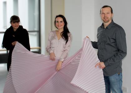 Sofia Löser (Projektleiterin Hochschule Giebichenstein), Elisabeth Kupfer (amtierende Miss Sachsen und Werbegesicht der Sensuna GmbH), Michael Knauth (Inhaber von RolloExpress) (v.l.n.r.)