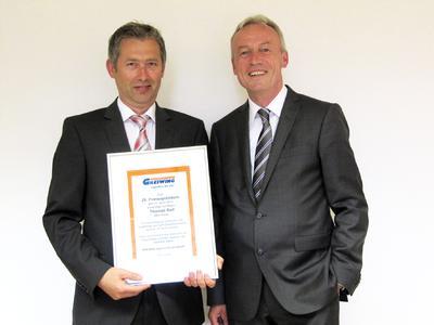 Klaus Beckonert (re.), Geschäftsführer der GREIWING logistics for you GmbH, ehrt Standortleiter Thomas Reil zu seinem 25-jährigen Dienstjubiläum in Weiden
