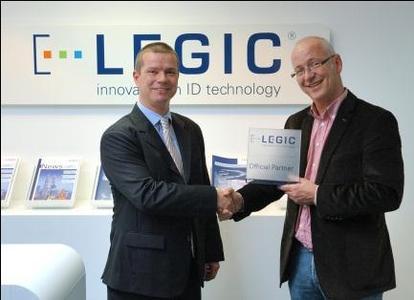Mario Morger, Verkaufsleiter Europa der LEGIC Identsystems AG, und Frans Luttikhuis, CEO der Card Service AG, sehen einer erfolgreichen Partnerschaft entgegen