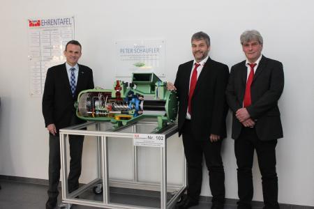 (von links): Volker Stamer, Direktor der SCHAUFLER Academy, zusammen mit Rainer Burger und Michael Stalter, Geschäftsführer des Test- und Weiterbildungszentrums für Wärmepumpen und Kältetechnik, bei der Übergabe des Schnittmodells / Foto: BITZER