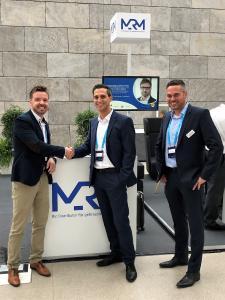 Miguel Rodriguez - Prokurist und Leiter Einkauf der SYNAXON AG (Bildmitte), Ronny Drexel - Leiter Marketing & Kommunikation MRM (links i.Bild) und Christian Bedel - Vertriebsleiter MRM (rechts i.Bild) besiegeln die Kooperation mit Handschlag auf der offiziellen Microsoft Partnerkonferenz DPK18 in Leipzig.