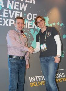 """v.l.n.r. Sven Kayser, Attensity, und Julia Ullrich, Interactive Intelligence Germany, gemeinsam auf der Kundenveranstaltung """"Interactions"""" in Indianapolis, USA"""