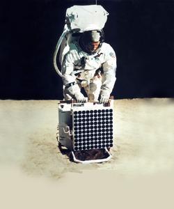 Heraeus auf dem Mond: Ein Laserreflektor mit Tripelprismen aus dem speziell entwickelten Heraeus Quarzglas Suprasil® dient heute noch zur genauen Bestimmung des Abstandes zwischen Erde und Mond. (Quelle: NASA)