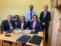 Links, Herr Mirko Malek, CFO sowie 2.v.L. Herr Carlos Ivaldi, Customer Support H3 GROB AIRCRAFT bei der Vertragsunterzeichnung in Ecuador