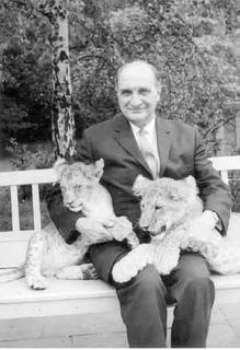 Prof. Dr.- Ing. Otto Mecheels *1894 in Bönnigheim | † 1979 auf Schloss Hohenstein Sohn von Johannes und Johanna Mecheels (geborene Seeger) Gründer und Leiter der Hohenstein Institute von 1946 bis 1962