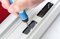 Der anschließende manuelle Einbau in das gefräste Türprofil ist denkbar einfach: Der Fräsausschnitt wird zuerst entgratet und gesäubert