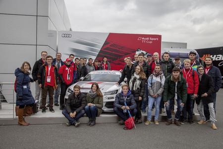 Next Generation: Junge Studentinnen und Studenten der Hochschule Ansbach erlebten beim Finalrennen des Audi Sport TT Cup auf Einladung von REHAU Rennfeeling pur (Fotos: REHAU)