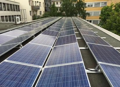 Fertige Photovoltaikanlage auf einem der beiden Dächer