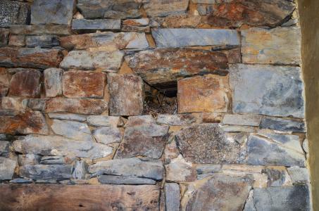 Das Mauerwerk traditioneller bretonischer Gebäude besteht aus geschichteten Granitsteinen. Foto: Achim Zielke
