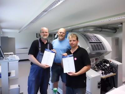 Happy faces at the end of the induction training and commissioning of Genius 52UV: Helmut Herbert, Printing Instructor at KBA-MePrint (centre) at the certification presentation ceremony following the successful completion of the induction training