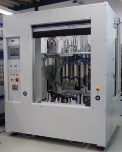 In Zusammenarbeit von mth mit der zur weltweit operierenden Woco Gruppe gehörenden Woco Kronacher Kunststoffwerk GmbH ist eine Fertigungsanlage auf höchstem Niveau für die neue automatische Modulfertigung einer Motortrennwand entstanden