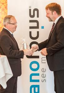 Der Oberhausener Oberbürgermeister Klaus Wehling (l.)gratuliert Jürgen Valentin (r.), Technologievorstand und Vorstandssprecher der NanoFocus AG, zum 20-jährigen Firmenjubiläum.