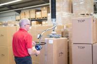 Macht das Arbeiten leichter - AERO-LIFT Schlauchheber transportiert zahntechnische Produkte bei der Renfert GmbH