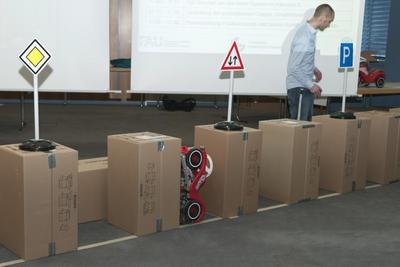 Der Sieger im Praktikum Mechatronische Systeme 2012 steht fest: Das System der Grup-pe 3, betreut am Lehrstuhl für Hochfrequenztechnik (LHFT), hat erfolgreich in Level 2 einge-parkt. Bild: Fraunhofer IISB