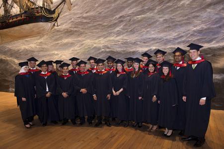 Erste Absolventen der Kühne Logistics University