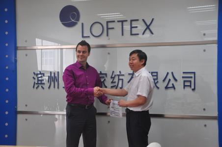 Loftex China Ltd. Mit dem ersten Made in Green by OEKO-TEX® Label im B2C-Bereich. Im Bild: Yujun Wang, Loftex (rechts), Marc Sidler TESTEX AG (links). © OEKO-TEX®