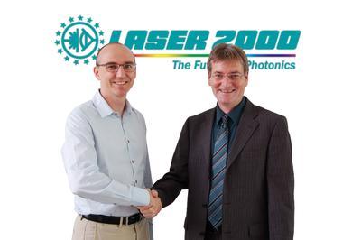 Jean-Edouard Communal von Raptor Photonics und Dr. Andreas Stangassinger von Laser 2000 besiegeln die Zusammenarbeit für den Vertrieb der Hochleistungskameras.