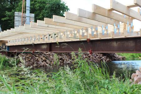 Enorm belastbar und robust: Auch für den Schalungs- und Verkehrswegebau bilden Tragwerke aus Nagelplattenbindern eine sichere Basis. Foto: Janssen/GIN, Ostfildern; www.nagelplatten.de