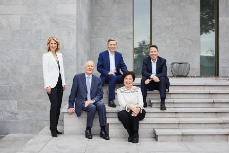 Die Leitung von Busch Vacuum Solutions liegt bis heute vollständig in den Händen der Familie Busch. Von links: Ayla, Dr.-Ing. Karl, Sami, Ayhan und Kaya Busch