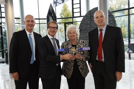 v.l. OHB-Vorstand A. Lindenthal, Bundesminister A. Dobrindt, Aufsichtsratsvorsitzende C. Fuchs und OHB-Vorstandsvorsitzender M. Fuchs