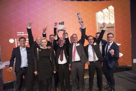 Stolz auf die eigene Leistung: Beim gesamten TORWEGGE-Team herrschte nach dem Gewinn des IFOY-Awards ausgelassene Jubelstim-mung. (Foto: wuermser.communications)