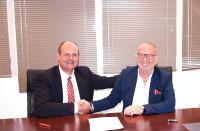 Marc Possekel (l.), Geschäftsführer der LogCoop GmbH, und Joel Vigneron, Präsident von Tred Union, besiegeln die Partnerschaft zwischen der deutschen und französischen Logistikkooperationen / Foto: LogCoop