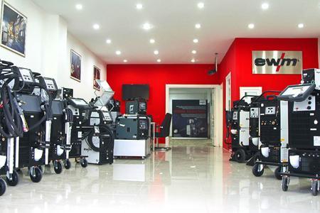 Seit Anfang Dezember ist der Hersteller von Lichtbogen-Schweißtechnik mit einem Verbindungsbüro in Istanbul am Markt. Neben dem Vertrieb mit einem Fachmarkt-Konzept bietet die neue Dependance umfangreiche Serviceleistungen (Foto: EWM AG)
